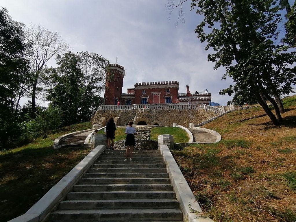 Вид на дворец Ольденбургских с нижнего парка.